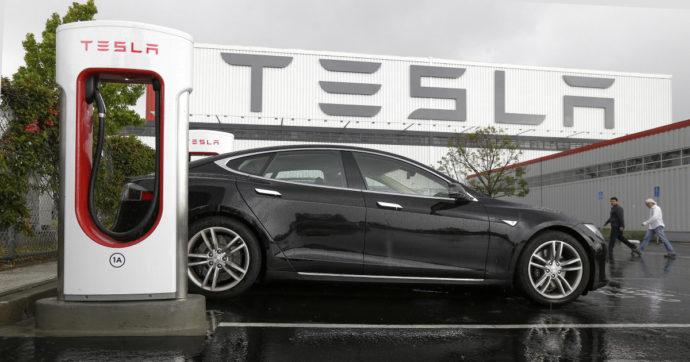 """Tesla, 2020 da record con quasi mezzo milione di auto. Elon Musk: """"Ora la guida autonoma"""""""