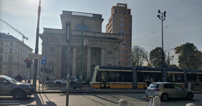 """Ragazza investita dal tram a Milano, pm vuole archiviare: """"Era ubriaca"""". Ma la famiglia si oppone: """"Non c'è esame tossicologico"""""""