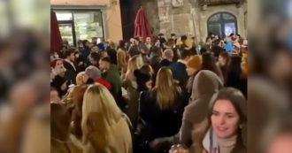 File nelle vie dello shopping e feste nelle piazze: assembramenti e multe da Milano a Napoli nell'ultimo giorno in arancione
