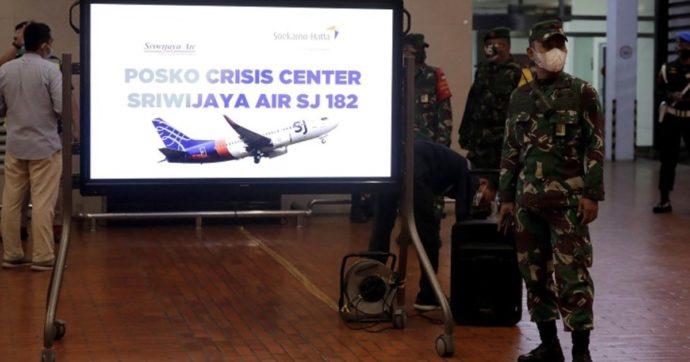 """Indonesia, Boeing precipita in mare con 62 persone a bordo. """"Resti umani e rottami individuati in acqua"""""""