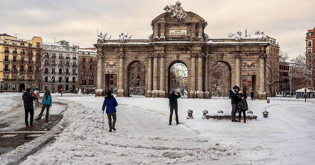 La tormenta Filomena ghiaccia Madrid, mentre è scontro sul voto. Nuovi guai per il Re