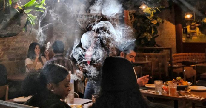 Amsterdam, il sindaco vieterà i coffee-shop agli stranieri: troppo turismo per la cannabis e rischio criminalità. Ma c'è chi teme l'opposto