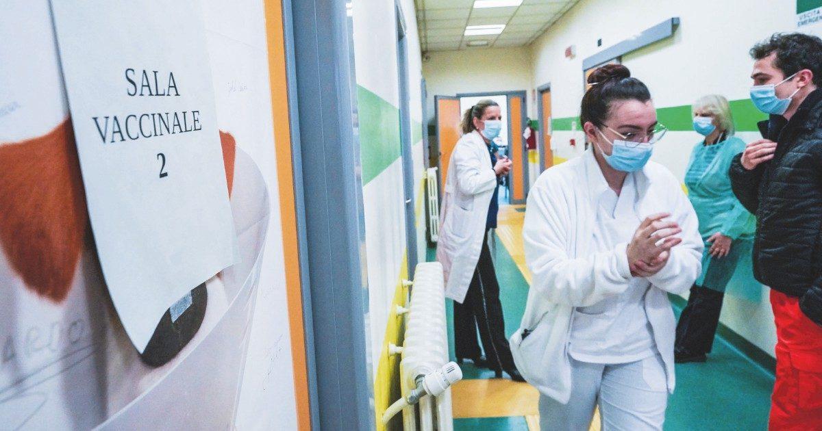 Astrazeneca, primo passo per il via libera al vaccino. Oggi le nuove restrizioni