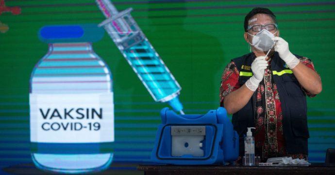 """Coronavirus, la strategia al contrario dell'Indonesia: prima vaccina i giovani. """"Così proteggiamo anche gli anziani"""""""