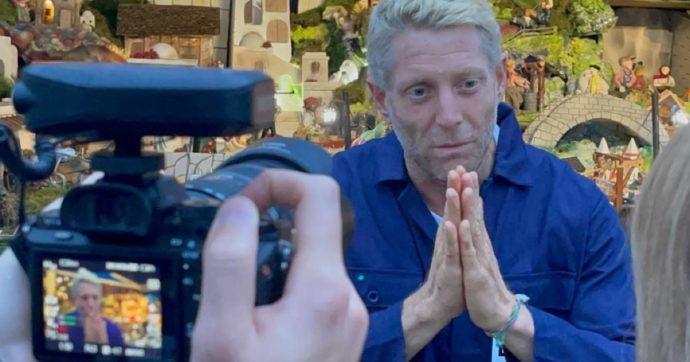 """Lapo Elkann a Domenica In con i capelli biondo platino: entra in studio poi la """"gaffe"""" con Mara Venier"""