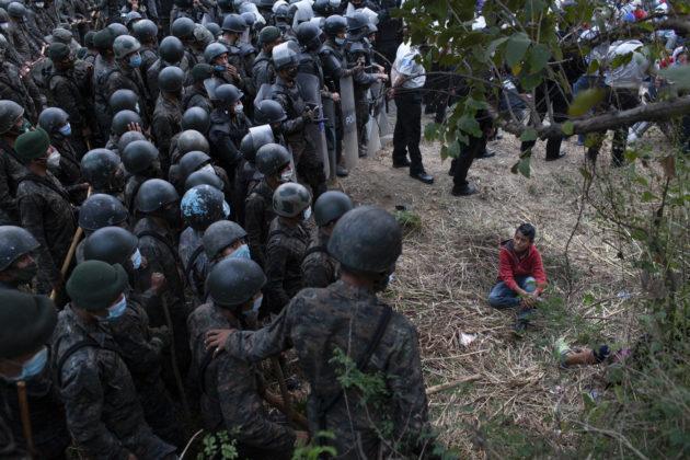 Guatemala, scontri tra polizia e la maxi carovana da migliaia di migranti che vanno a piedi negli Stati Uniti (FOTO)