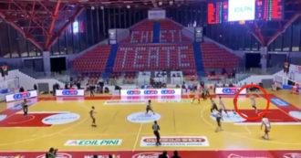 Basket, la tripla impossibile allo scadere del tempo arriva da Chieti: il canestro da 26 metri