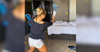 """Australian Open, i tennisti si allenano in camera per via del lockdown: il """"trucco"""" dell'atleta per giocare in spazi ridotti – Video"""