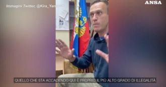 """Alexey Navalny ha pubblicato un video su Twitter: """"Mi stanno processando alla stazione di polizia, è inaudito. Quello che sta succedendo qui è assolutamente illegale"""