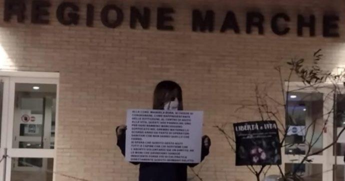 Marche, consigliera Pd difende l'interruzione volontaria di gravidanza: gli anti-abortisti le inviano 1450 pannolini per bambini