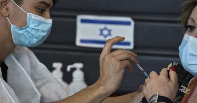 """Vaccino Pfizer, il caso Israele. Contagiato il 6,6% di chi ha ricevuto la prima dose. Il virologo Pregliasco: """"Questi dati confermano esigenza seconda dose e monitoraggio fase 4"""" - Il Fatto Quotidiano"""