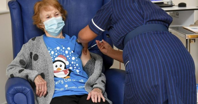 Regno Unito, l'azzardo di Johnson sul ritardo della seconda dose del vaccino. L'ipotesi di 500 sterline ai positivi per limitare i contagi