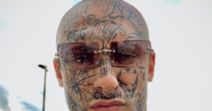 """Arrestato il rapper """"Fratellì"""": violenze alla compagna picchiata con un bastone di ferro"""