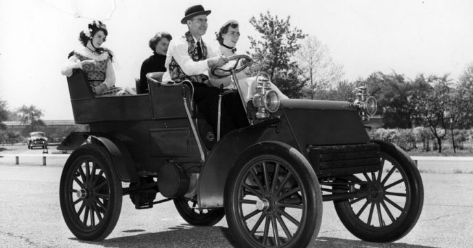 L'auto compie 135 anni. Come siamo diventati così schiavi?