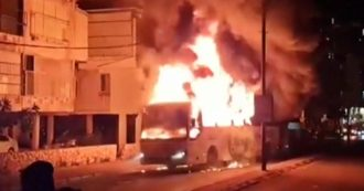 Israele ed ebrei ultraortodossi protestano contro le misure anti-Covid: scontri con la polizia, autobus in fiamme