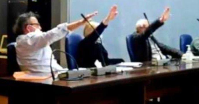 Saluto romano in consiglio a Cogoleto: la Digos denuncia i 3 esponenti del centrodestra per violazione della legge Mancino