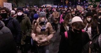 Polonia, migliaia di persone in strada contro la sentenza che vieta quasi totalmente l'aborto – Video