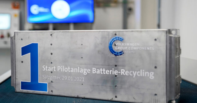 Auto elettriche, la nuova vita delle batterie usate. La ricetta Volkswagen