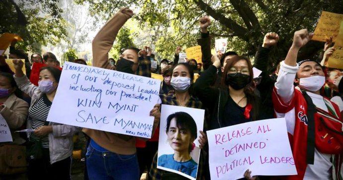 """Birmania, Aung San Suu Kyi è uscita dal carcere e rimarrà ai domiciliari nella sua casa: """"È in buona salute"""""""