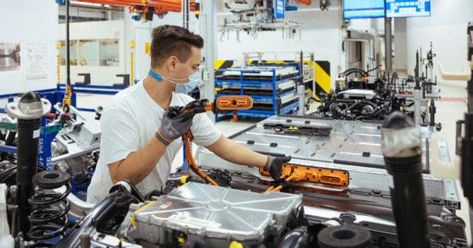 Metalmeccanici: nuovo contratto e aumento in busta paga. Dopo 15 mesi di trattativa accordo sindacati- Federmeccanica