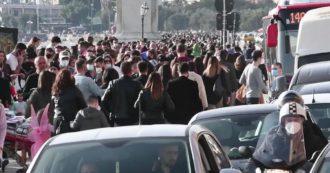 Napoli, migliaia di persone sul lungomare. Ristoranti pieni e lunghe file ai bar: le immagini