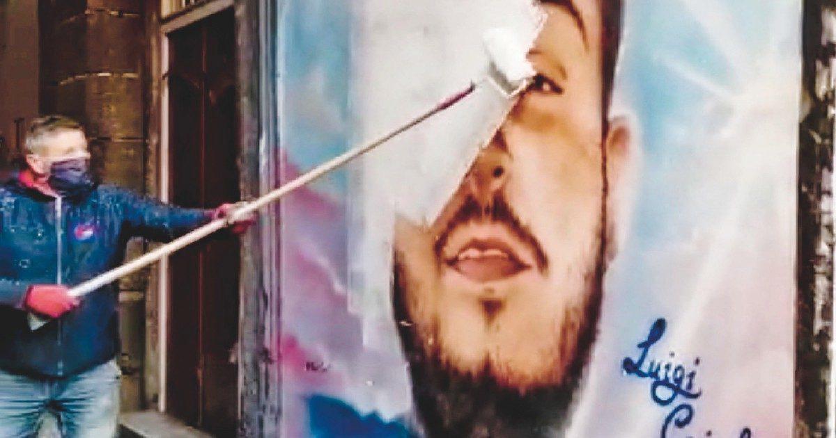 """Napoli, murale per il baby-rapinatore ucciso. Il Comune lo rimuove. """"Fenomeno diffuso"""""""