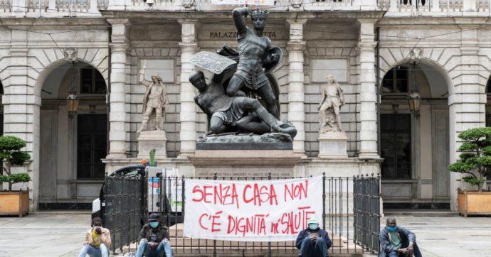 """Torino, proteste contro gli sgomberi di sette persone senza fissa dimora: """"Calpestano la dignità in nome del decoro"""""""