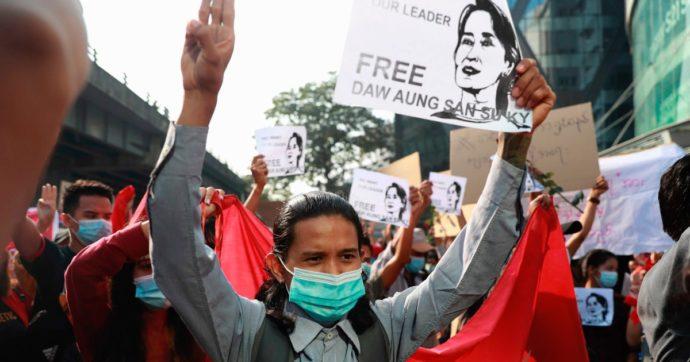 """Colpo di Stato in Birmania, Facebook chiude la pagina dell'esercito. """"Ha incitato alla violenza"""""""