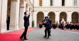 Governo, Conte passa la campanella a Draghi. Fatto fuori da una manovra di palazzo, esce tra gli applausi dei dipendenti di Chigi