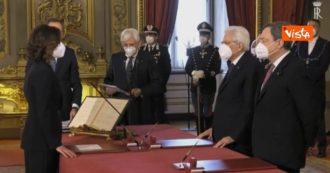Governo Draghi, Mariastella Gelmini prova a recitare giuramento a memoria ma alla fine (emozionata) lo legge
