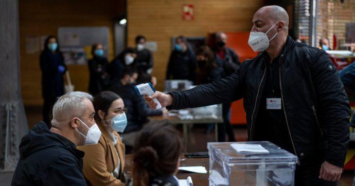 Elezioni Catalogna, vincono di nuovo gli indipendentisti: solo loro possono formare una maggioranza. Giù l'affluenza (causa Covid)