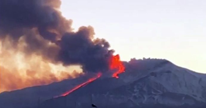 L'Etna torna a eruttare, pioggia di lapilli e cenere fino a Catania: chiesto lo stato di calamità per i paesi etnei