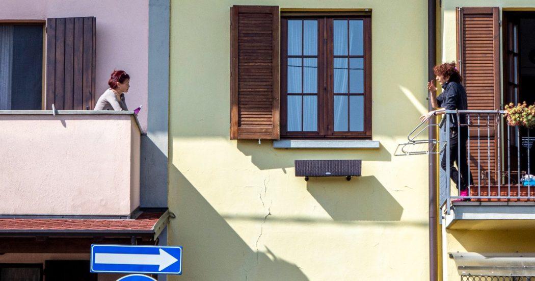 Costretti in casa per il lockdown, gli italiani usano i balconi per comunicare e socializzare