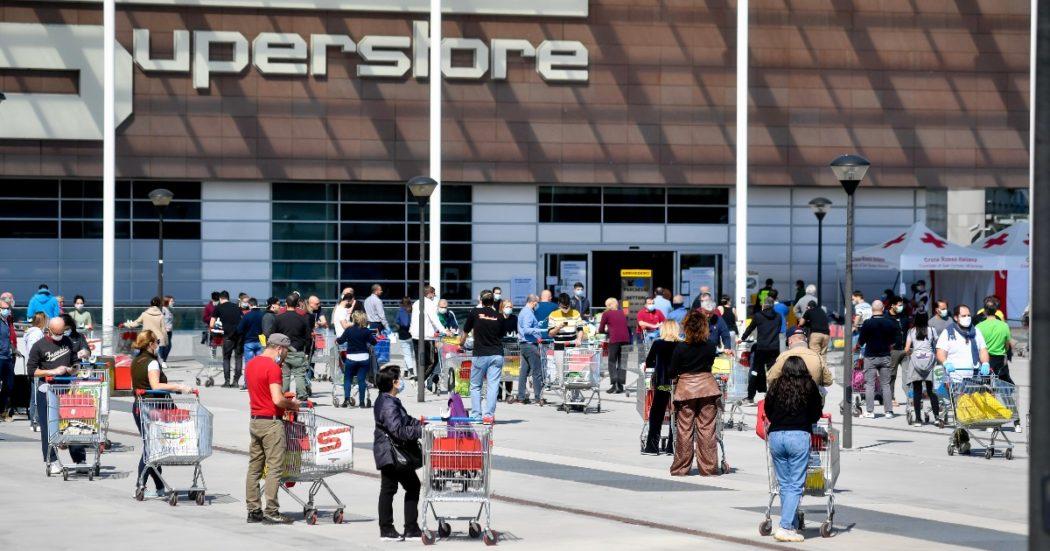 L'Italia si mette in coda fuori dai supermercati per fare la spesa, in alcuni giorni si arriva ad aspettare anche un'ora prima di entrare (LaPresse/Claudio Furlan)