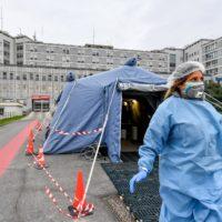 L'ingresso dell'ospedale di Cremona, con una delle prime tende di triage allestite (LaPresse/Claudio Furlan)