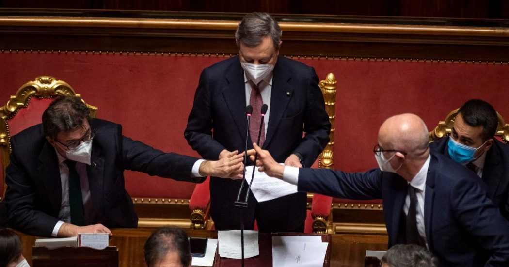 """Governo Draghi, il Senato approva la fiducia con 262 voti a favore. 15 M5s votano contro: tra loro anche Lezzi e Morra. Il premier: """"Confermo l'impegno a inserire la tutela dell'ambiente in Costituzione"""""""