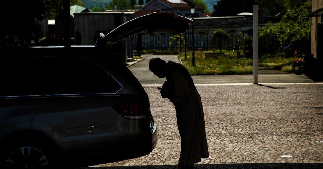 Vietati i funerali, anche le sepolture avvengono senza familiari. Nei cimiteri solo un sacerdote per la benedizione delle salme (LaPresse/Marco Alpozzi)