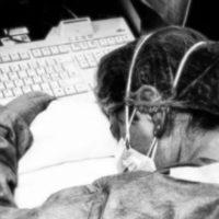 Elena Pagliarini viene fotografata da una collega l'8 marzo, a Cremona, addormentata sulla scrivania dopo un turno massacrante. Due giorni dopo scoprirà di essere anche lei positiva al Sars-Cov-2