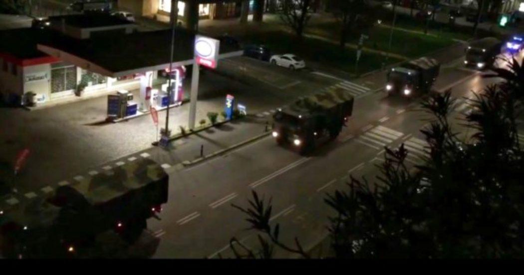 E' la foto simbolo della strage nella Bergamasca. La fila di camion dell'Esercito, carichi di bare, attraversa il capoluogo la sera del 18 marzo per trasferire le salme in altre regioni dove i corpi saranno cremati. E' uno dei momenti più difficili della prima ondata della pandemia