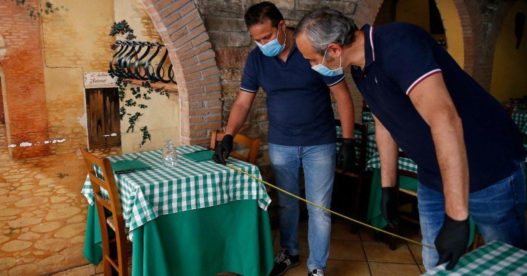 Il 17 maggio i ristoratori si preparano alla riapertura sulla base dei protocolli che prevedono, tra le altre cose, la distanza di almeno 1 metro tra i tavoli (LaPresse/Cecilia Fabiano)