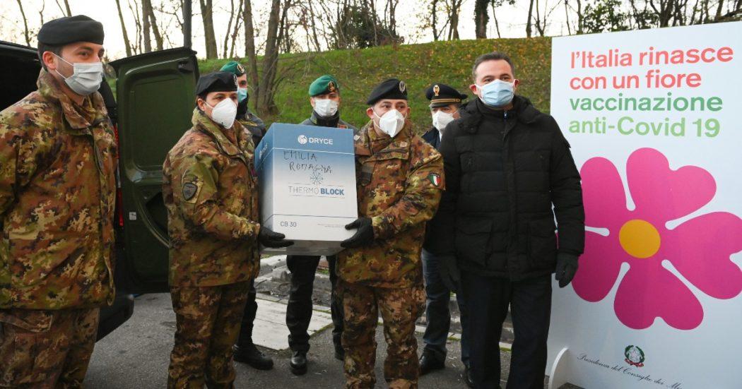 Il 26 dicembre i vaccini arrivano in Italia. Nella foto la consegna di 975 dosi assegnate alla Regione Emilia-Romagna presso ospedale Bellaria di Bologna (LaPresse/Massimo Paolone)
