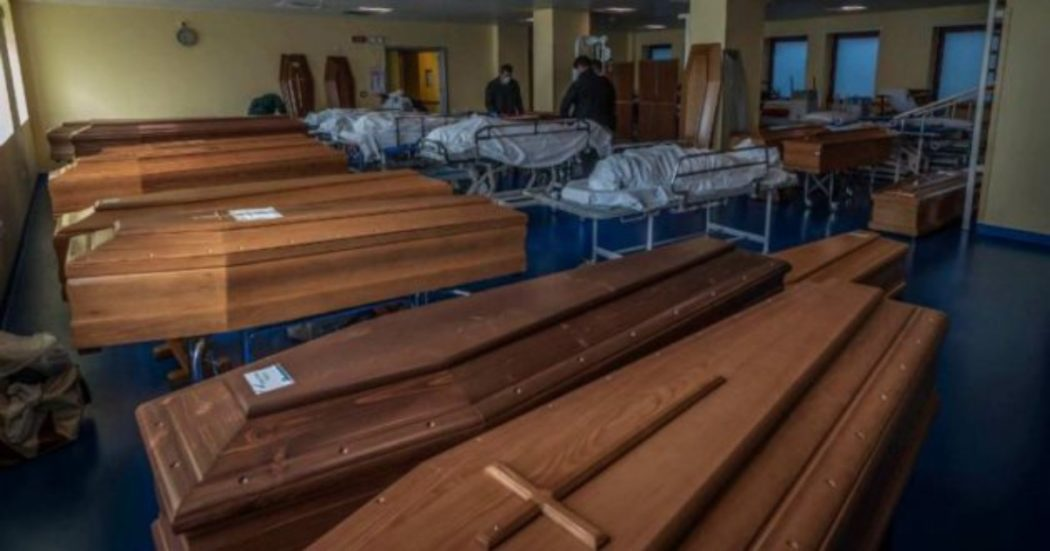 In assenza di posti, nell'ospedale di Ponte San Pietro, in provincia di Bergamo,  la palestra viene adibita a camera mortuaria (Fotogramma/Carlo Cozzoli)