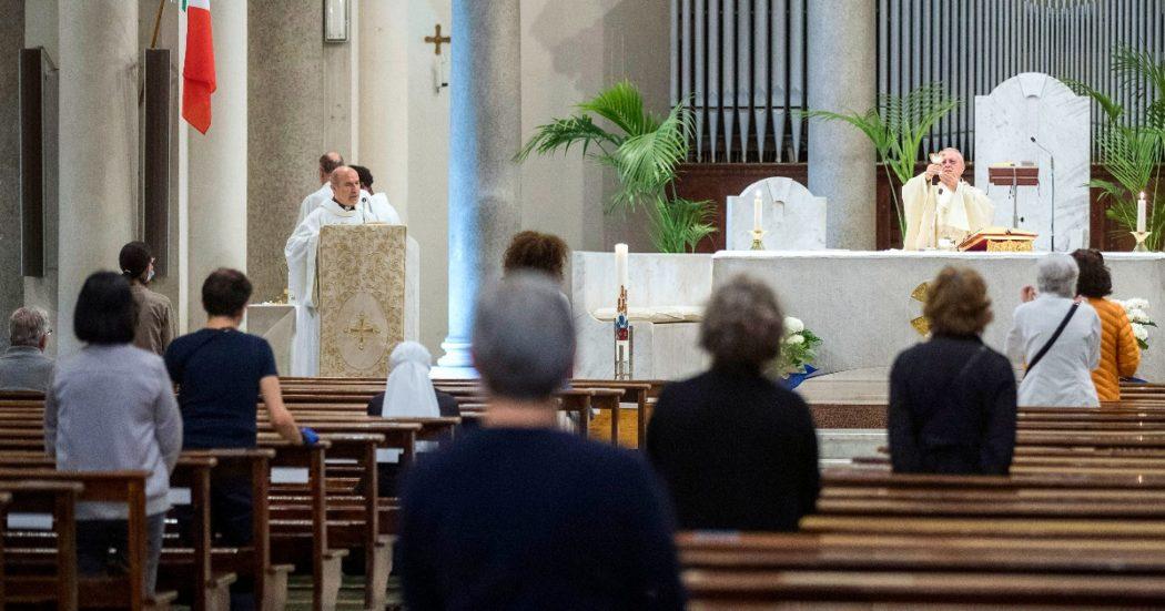 A maggio l'Italia inizia a riaprire. Ripartono anche le funzioni religiose: le messe sono rigorosamente a numero chiuso (LaPresse/Roberto Monaldo)