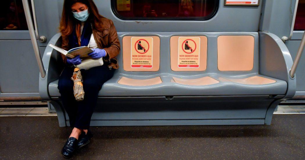 In vista della Fase 2, le aziende di trasporto pubblico preparano i mezzi con adesivi e alert per i passeggeri affinché rispettino le distanze (LaPresse/Claudio Furlan)