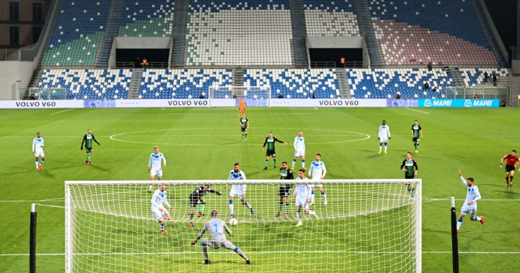 Il 9 marzo Sassuolo-Brescia è l'ultima partita prima del Dpcm che ferma lo sport professionistico. Finisce 3-0 per gli emiliani (LaPresse/Massimo Paolone)