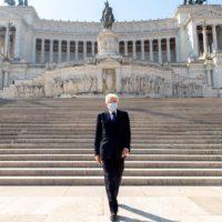 Il presidente della Repubblica Sergio Mattarella da solo all'Altare della Patria per la cerimonia del 25 aprile (Foto Paolo Giandotti/Ufficio Stampa Quirinale)