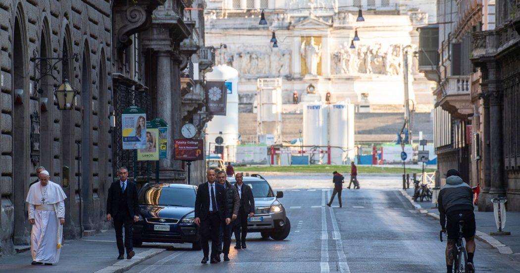Il 15 marzo Papa Francesco lascia il Vaticano e, attraversando il centro di Roma, raggiunge a piedi la chiesa di San Marcello al Corso per pregare per la fine della pandemia davanti al crocefisso che avrebbe salvato Roma dalla peste nel 1500 (Vatican Media/LaPresse)