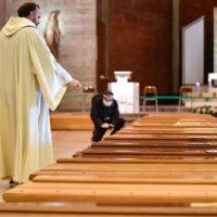 Nella Bergamasca il virus miete così tante vittime da riempire gli obitori e da portare alla trasformazione delle chiese in spazi per ospitare le bare (LaPresse/Claudio Furlan)