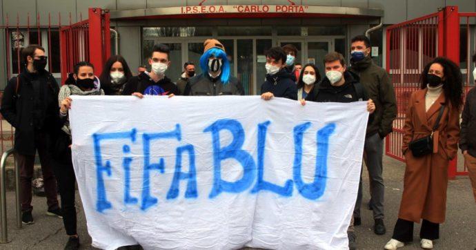 Milano, punito dalla scuola perché ha i capelli blu: sit in di solidarietà degli studenti davanti alla scuola con parrucche e striscioni