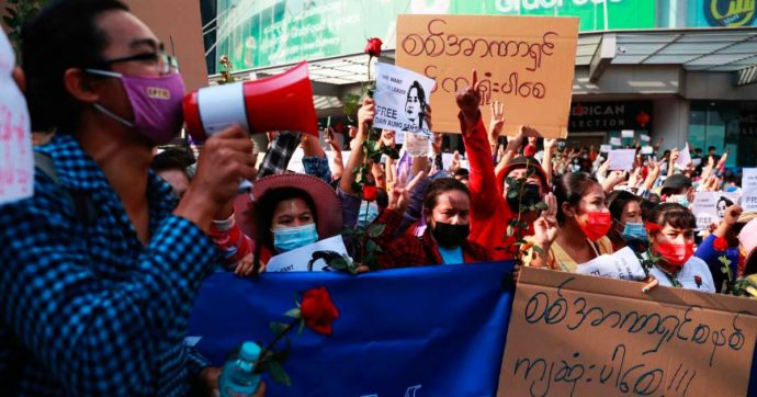 Birmania, proteste contro il colpo di Stato: 30 feriti e due manifestanti uccisi. Uno di loro è minorenne